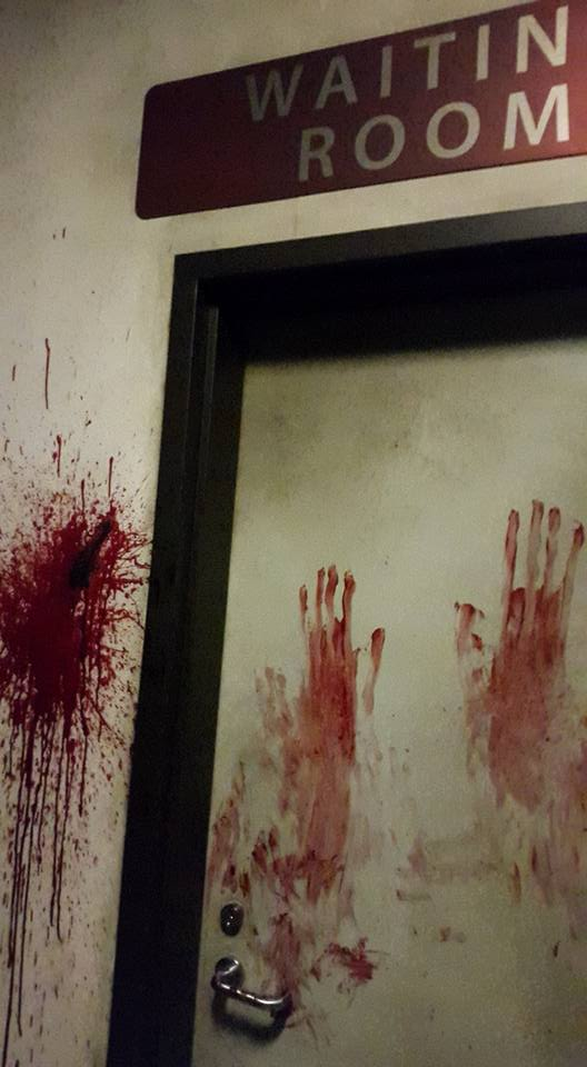 the-walking-dead-attraction-universal-studios-bloody-handprints